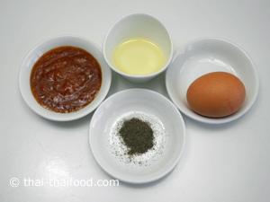 ไข่ไก่ น้ำจิ้มสุกี้ พริกไทยป่น น้ำมันพืช