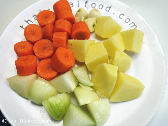 นำแครอทหอมใหญ่มันฝรั่งกระเทียมมาหั่น