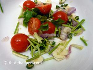 นำน้ำยำคลุกเคล้าไข่เค็มกับผักยำต่างๆ