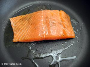 ย่างปลาแซลมอนให้สุก