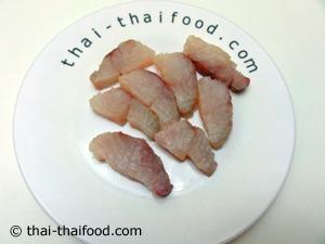 เนื้อปลากระพงหั่นชิ้น