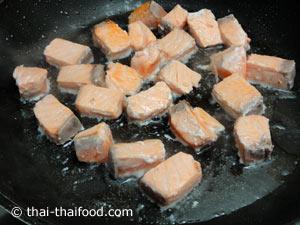 ผัดปลาแซลมอนพอสุก