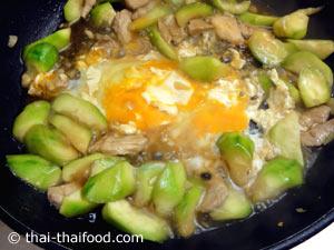 ตอกไข่ไก่ลงไป