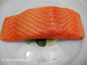 นำปลาแซลมอนวางบนตะไคร้ใบมะกรูดขึ้นฉ่าย