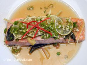 ปลาแซลมอนนึ่งมะนาวด้านบน