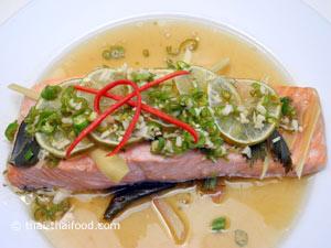 ปลาแซลมอนนึ่งมะนาว