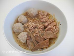 ใส่น้ำซุป และตับหมู หมูสับ เนื้อหมู ลูกชิ้นหมูที่ลวกไว้ใส่ในชาม