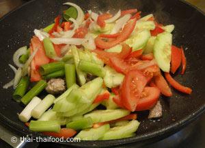 ใส่ผักต่างๆ ผัดคลุกเคล้า