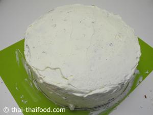 ทาครีมให้ทั่วตัวเค้ก
