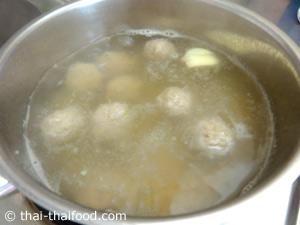 ต้มน้ำซุปปั้นหมูสับปรุงรสใส่ลงไป
