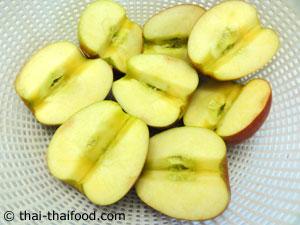 แอปเปิ้ลผ่าครึ่งลูกออกแล้วนำเมล็ดและใส้ตรงกลางออก