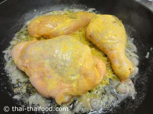 ทอดชิ้นไก่ให้พอสุก
