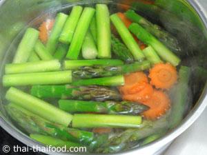 ลวกหน่อไม้ฝรั่งและแครอทหั่นแว่นพอสุก