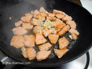 ผัดปลาแซลมอนกับกระเทียมสับ