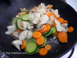 ใส่ผักต่างๆ ลวกลงไป