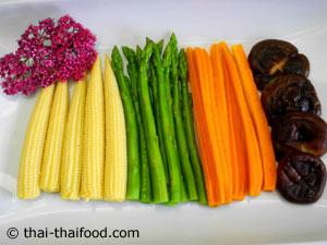 เตรียมผักต่างๆ ลวกสุกจัดลงจาน