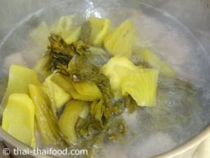 ต้มน้ำซุปใส่กระดูกหมูกับผักกาดดองลงไป