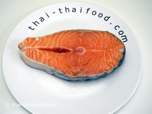 ทาเกลือให้ทั่วๆ ปลาแซลมอน
