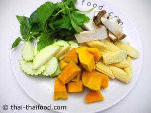 หั่นผักต่างๆ สำหรับทำแกงเลียงกุ้งสด