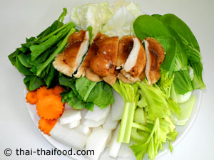 นำผักต่างๆสำหรับต้มจับฉ่ายเห็ดหอมมาหั่นชิ้น