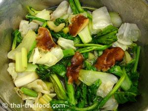 ใส่ผักต่างๆที่ผัดพอสลดใส่ลงลงไปต้มเคี่ยว