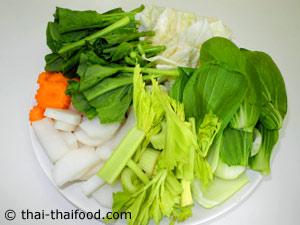 นำผักสดต่างๆสำหรับต้มจับฉ่ายหั่นชิ้น