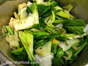 ใส่ผักต่างๆที่ผัดพอสลดลงต้ม