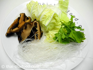 หั่นผักสำหรับใส่แกงจืดเต้าหู้หมูสับเห็ดหอม