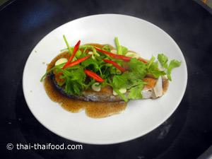 ใส่ผักต่างๆ บนชิ้นปลานึ่งต่ออีก