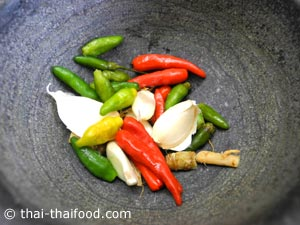นำพริกขี้หนูสวน กระเทียม รากผักชีใส่ครก
