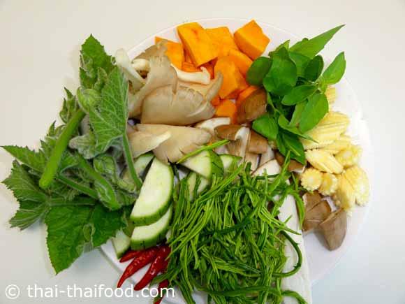 หั่นผักสดต่างๆสำหรับทำแกงเปรอะหน่อไม้