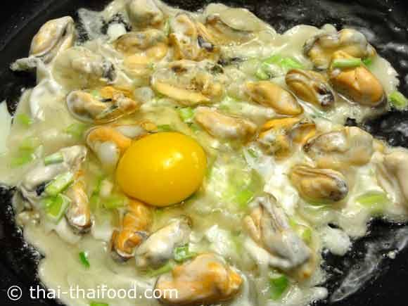 ตอกไข่ไก่ใส่ลงไป