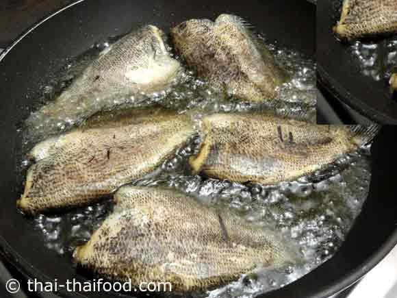 นำปลาสลิดแดดเดียวลงทอด