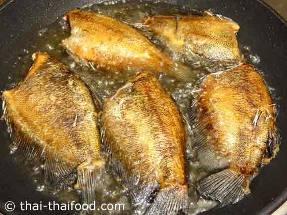 ทอดปลาสลิดให้เหลืองสุก