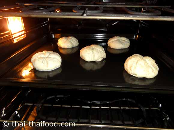 นำขนมปังไคเซอร์โรลเข้าอบ