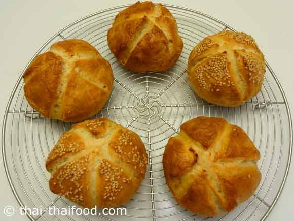 ขนมปังไคเซอร์โรลพักให้เย็นตัวลง
