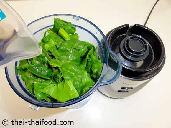 นำกีวีแอปเปิ้ลผักโขมใส่ในเครื่องปั่นน้ำผลไม้