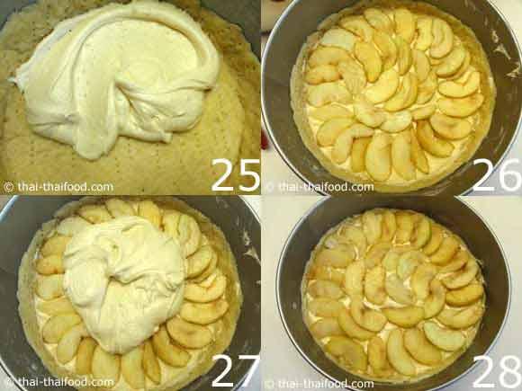 นำแอปเปิ้ลกับส่วนผสมครีมเค้กใส่พิมพ์