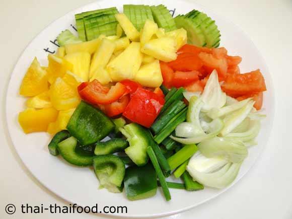 หั่นผักสดต่างๆสำหรับผัดเปรี้ยวหวานกุ้ง
