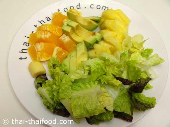 ล้างและหั่นสับปะรด อะโวคาโด ผักกาดหอมหัวใจ ส้ม ขิง เลมอน เตรียมไว้