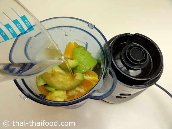 นำสับปะรด อะโวคาโด ผักกาดหอมหัวใจ ส้ม ขิง เลมอน ใส่ในเครื่องปั่นน้ำผลไม้