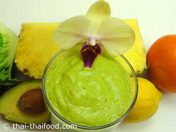 น้ำสับปะรดอะโวคาโดผักกาดหอมหัวใจปั่นละเอียด พร้อมจัดเสิร์ฟ