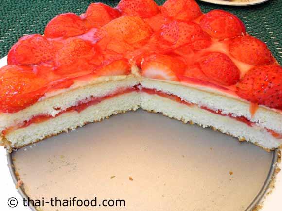 ตัดแบ่งสตรอว์เบอร์รีเค้กเป็นชิ้นๆ