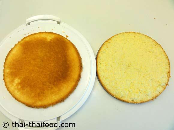 ตัดแบ่งเค้กออกเป็นสองส่วน