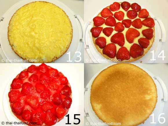 ทาไส้ครีมคัสตาร์ดวางสตรอว์เบอร์รีและซอสสตรอว์เบอร์รีด้านบนเค้ก