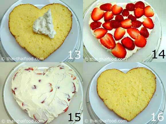 แต่งหน้าเค้กด้วยวิปปิ้งครีม และสตรอว์เบอร์รีในแต่ละชั้นของตัวเค้ก