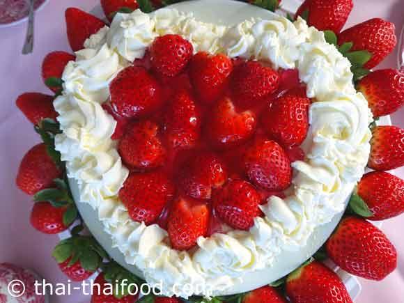 เค้กสตรอว์เบอร์รีวิปปิ้งครีม แต่งหน้าให้สวยงามด้วย