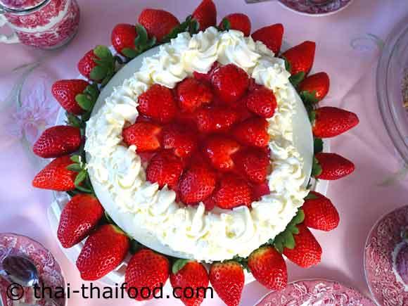 เค้กสตรอว์เบอร์รีวิปปิ้งครีมแต่งหน้าให้สวยงาม