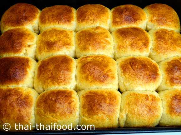 ขนมปังหวานอบสุกสีเหลืองสวยงาม