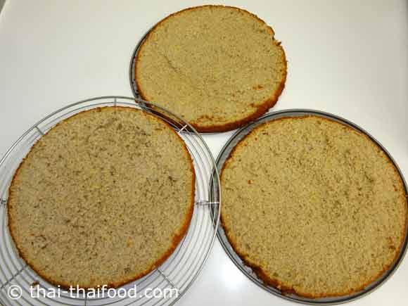 นำเค้กพักไว้ให้เย็นแล้วตัดแบ่งเค้กเป็น 3 ส่วน